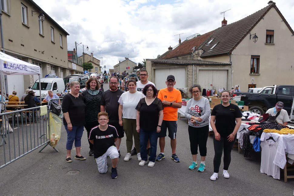 L'équipe de bénévoles des Musicales de Dormans coachée par le président Jean-Pierre Dervin (T-Shirt orange). Le masque de protection a été retiré le temps de la photo.