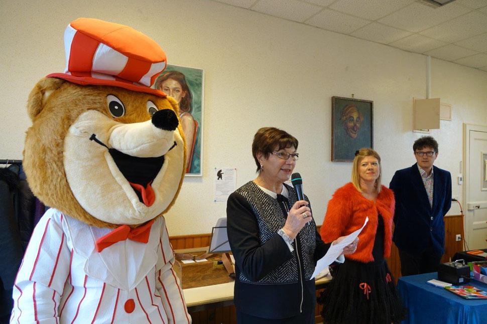 De gauche à droite : La mascotte de la fête, Jacqueline Picart et la Compagnie Diabolo.Gom.