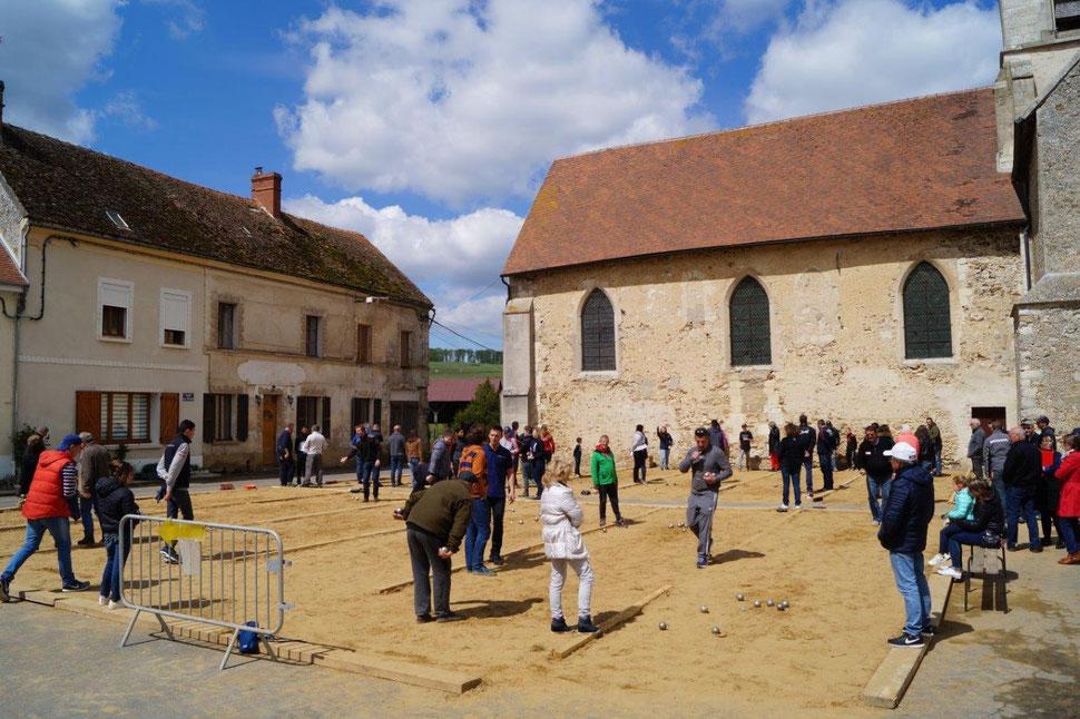 La place de l'église devient un vaste boulodrome éphémère.