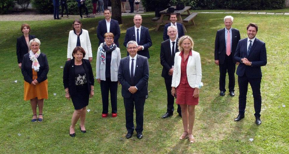 Nicolas Fricoteaux (au premier plan, au centre) accompagné des douze vice-présidents.