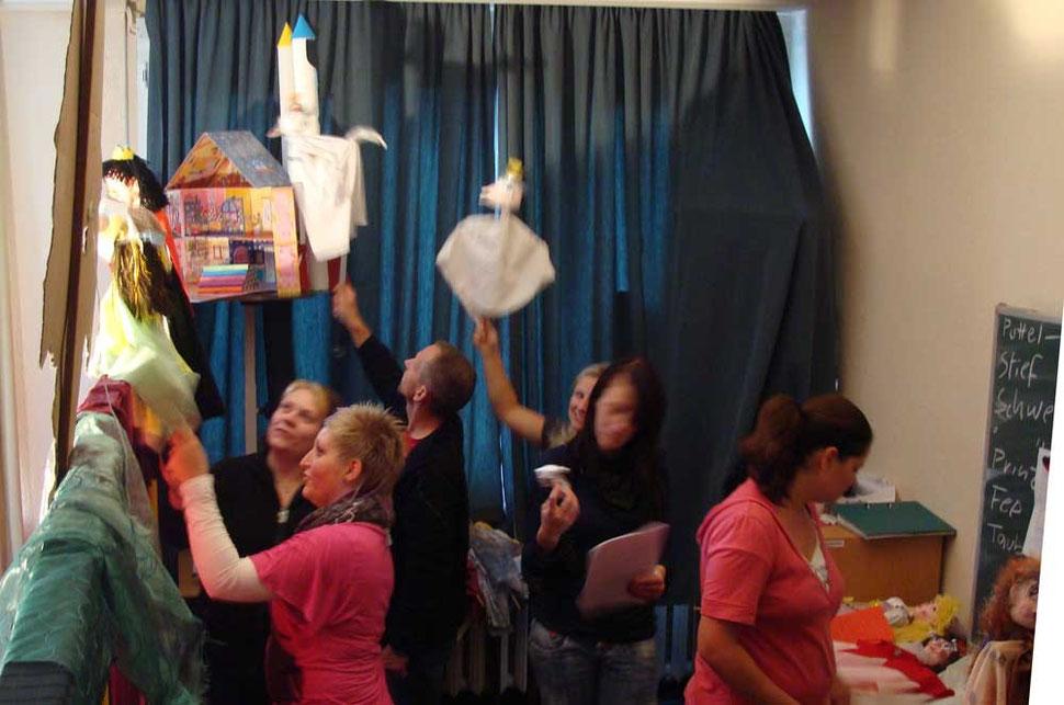 """Künftige Erzieher spielen einem Kindergarten mit ihren selbst gebauten Puppen am dritten Tag """"Aschenbrödel"""" vor. Es geht eng zu hinter der Bühne."""