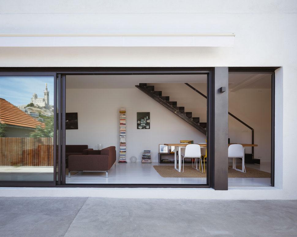 bertrand guillon architecture - architecte - marseille - escalier tôle acier - tôle pliée - table chêne - parquet blanc - terrasse béton - chaises MUUTO - reflet - bonne mère - notre dame de la garde - baie coulissante