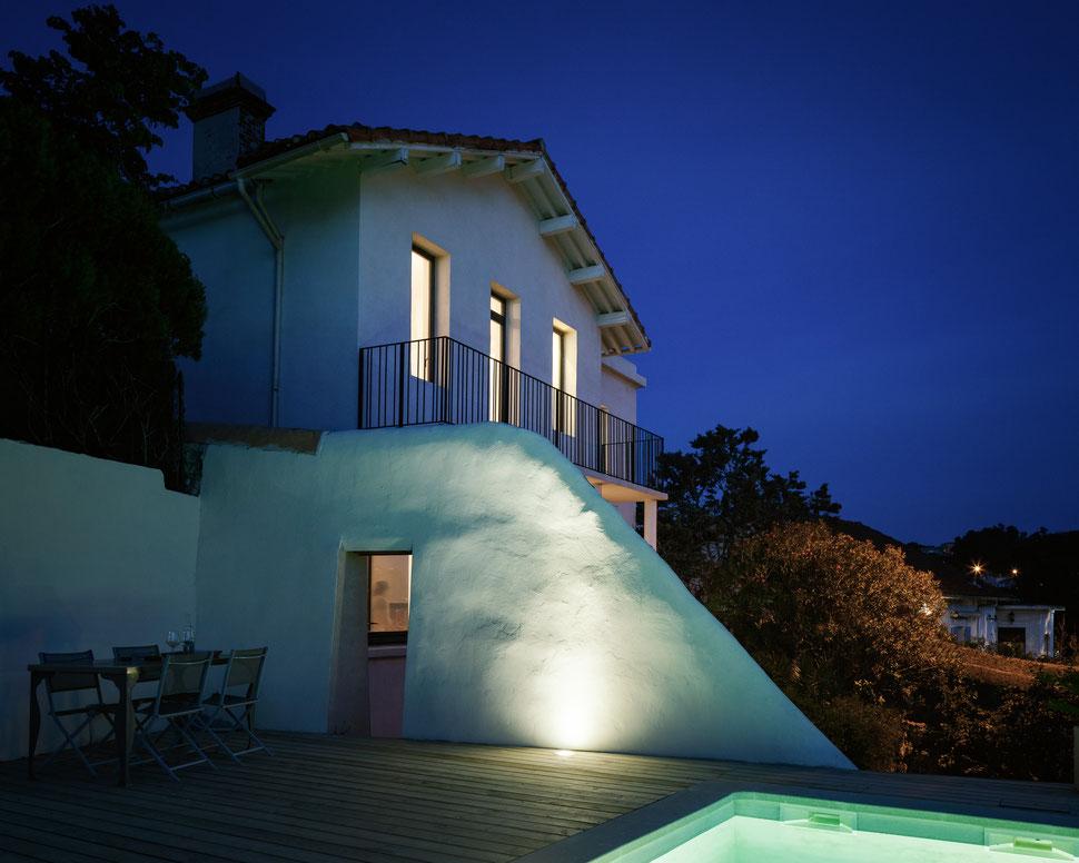 bertrand guillon architecture - architecte - marseille - MAISON GM - rénovation - intérieur - interiordesign - roucas - façade - piscine - nuit - terrasse