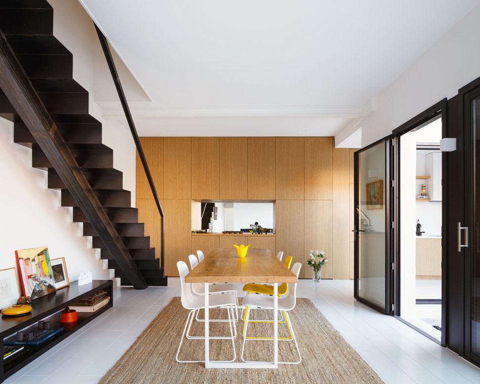 bertrand guillon architecture - architecte - marseille - escalier tôle acier - tôle pliée - table chêne - parquet blanc - chaise muuto - muuto - chaise VISU - bibliothèque chêne - miroir