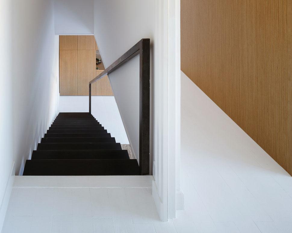 bertrand guillon architecture - architecte - marseille - escalier tôle acier - tôle pliée - bibliothèque chêne - parquet blanc - dressing chêne