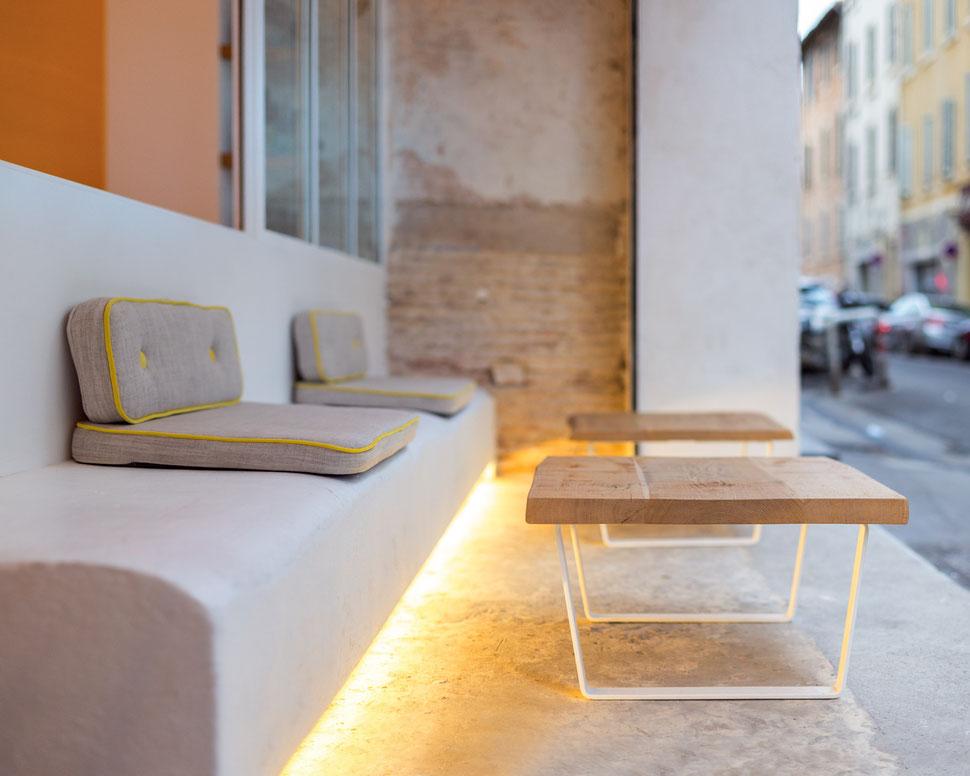 bertrand guillon architecture - architecte - marseille - Fietje - bar à bières - beer bar - banc maçonné - table chêne massif - patio - terrasse couverte - rétro-éclairage - briques - mur brut - coussins gris et jaune - verrière acier - béton