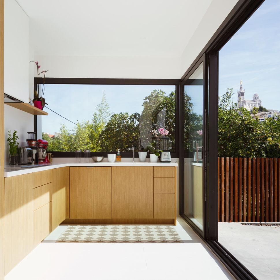 bertrand guillon architecture - architecte - marseille - cuisine chêne - cuisine croient - plan de travail corian - parquet blanc - claustra - bonne mère - baie coulissante