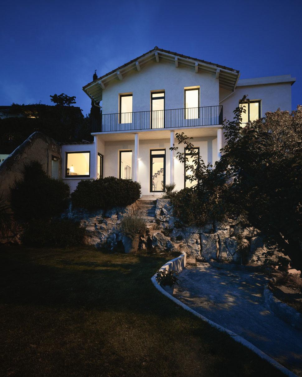 bertrand guillon architecture - architecte - marseille - MAISON GM - rénovation - intérieur - interiordesign - roucas - façade - nuit