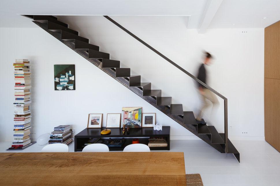 bertrand guillon architecture - architecte - marseille - escalier tôle acier - tôle pliée - table chêne - parquet blanc