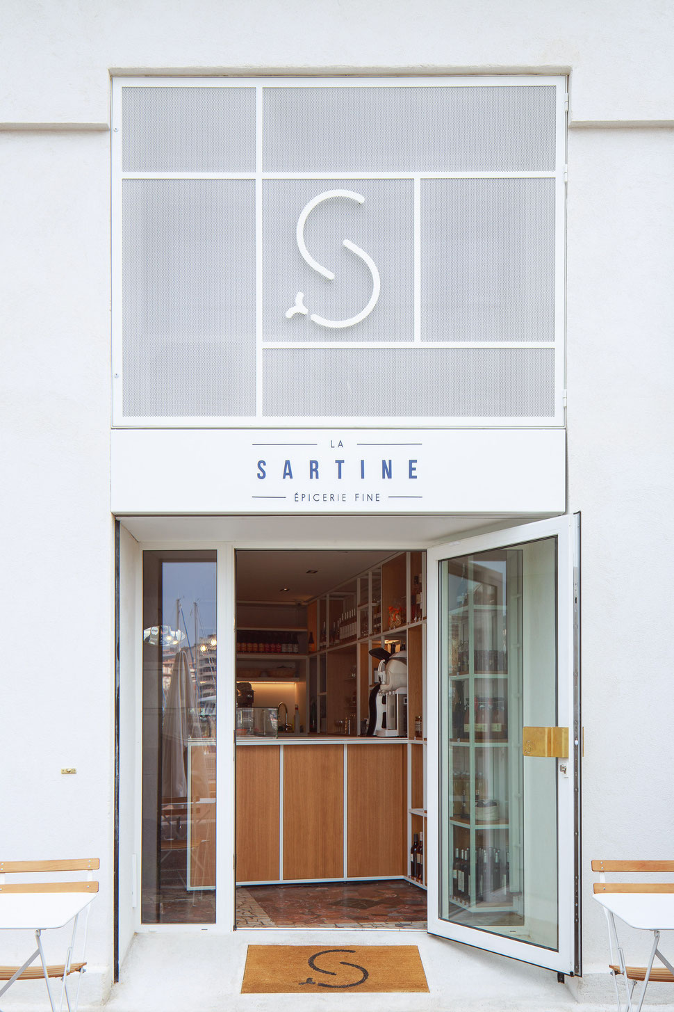 bertrand guillon architecture - architecte - marseille - SARTINE - épicerie - métal déployé - façade - vieux port - poignée laiton - fermob