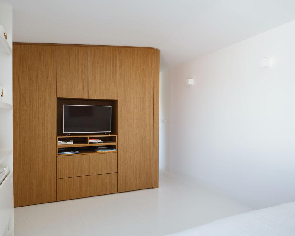 bertrand guillon architecture - architecte - marseille - bibliothèque chêne - meuble TV - parquet blanc - applique MOSTO
