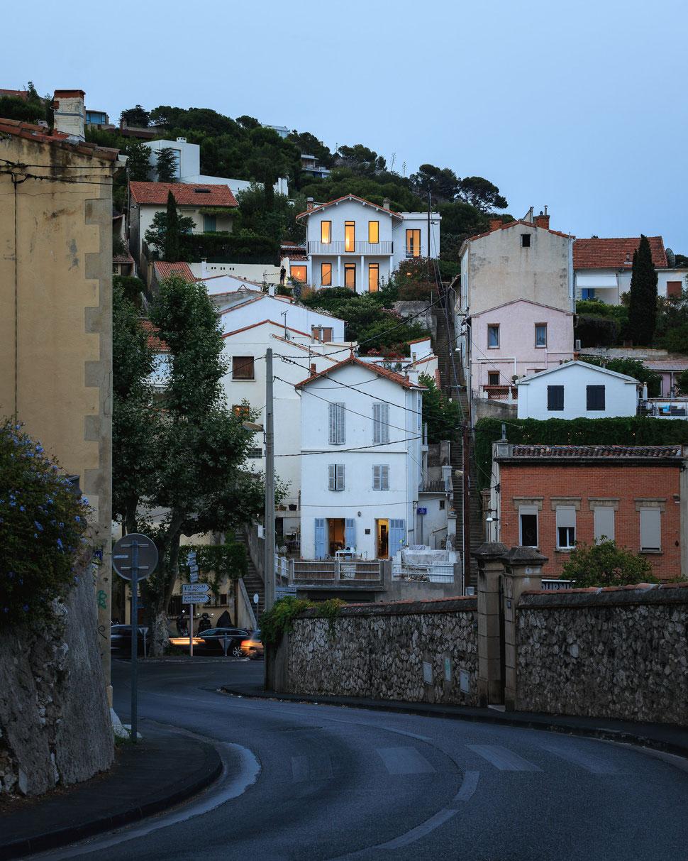bertrand guillon architecture - architecte - marseille - MAISON GM - rénovation - intérieur - interiordesign - roucas - façade - nuit - ville - urbain