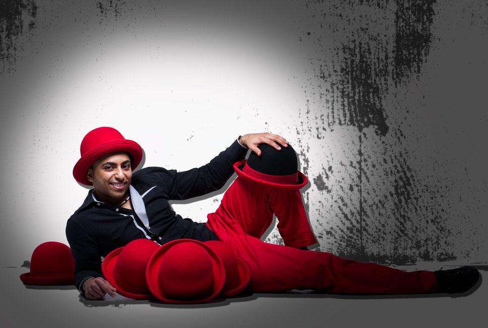 Jongleur in Mainz gasziniert mit seiner Hut Jonglage in Mainz und ganz Deutschland, Österreich und in der Schweiz. Auch als Stelzenläufer bringt er das Publikum  zum lachen und sorgt für perfekte Stimmung. Jonglage Show der Extraklasse für Ihren Event.