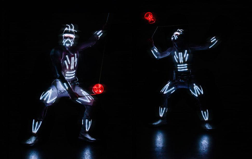 Der Diabolo Artist aus Nürnberg mit seiner Diabolo-Jonglage-Show die auch als walking Act mit seinem leucht Roboto Kostüm überall gezeigt werden kann. Betriebsfeier, Firmenfeier, Weihnachtsfeier, Sommerfeste in Nürnberg und Umgebung eine Sensation.