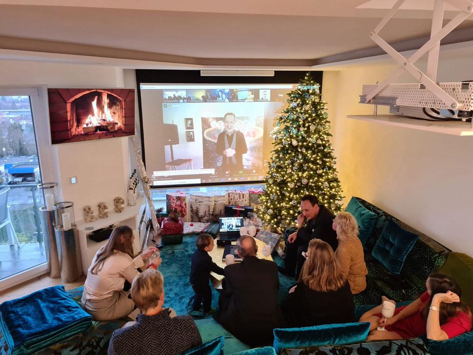 Virtuelle und digitale Zaubershow mit Zoom, Virtuelle Weihnachtsshow – der Online-Spaß zur Weihnachtszeit, Magie im Livestream mit Zoom.  digitale Shows - Interaktiver Live Stream - online Weihnachtsshow zur Weihnachtsfeier buchen, Zauberei und Comedy.