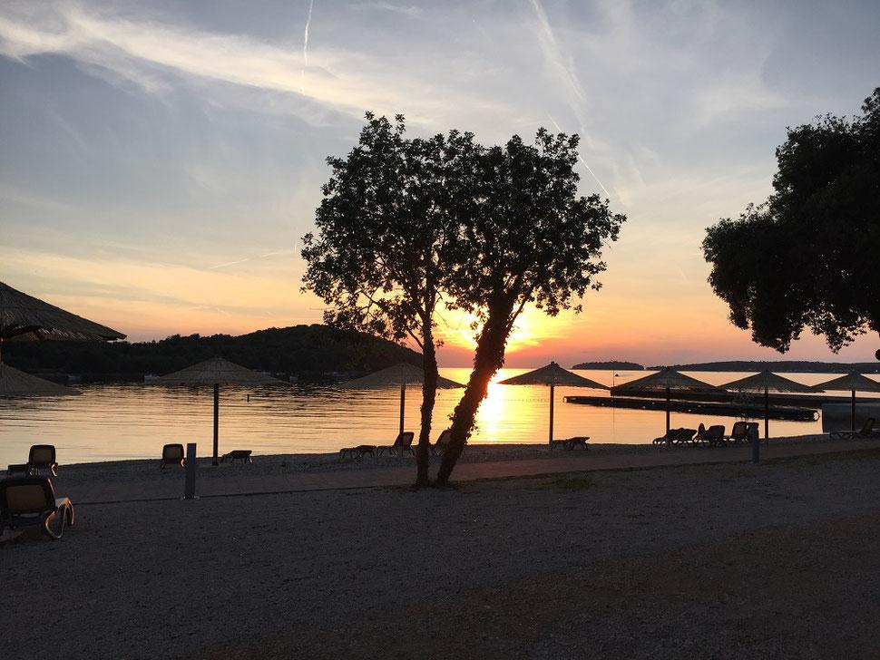 Bei so einem Sonnenuntergang kann man sich schon mal auf den nächsten Tag freuen und den Urlaub weiter genießen.
