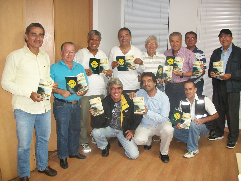 Integrantes de ACME, exhibiendo orgullosos el nuevo libro de Arnold Tejeda, reunión efectuada el martes 12 de julio de 2016.