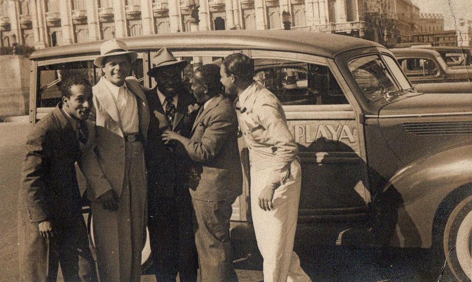 Cascarita, Miguelito Valdés, Bola de Nieve y Facundo Rivero, junto al vehículo de la Orquesta Casino de la Playa.
