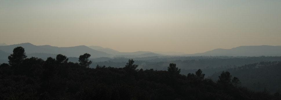 Brumes de chaleur sur les collines de Provence verte
