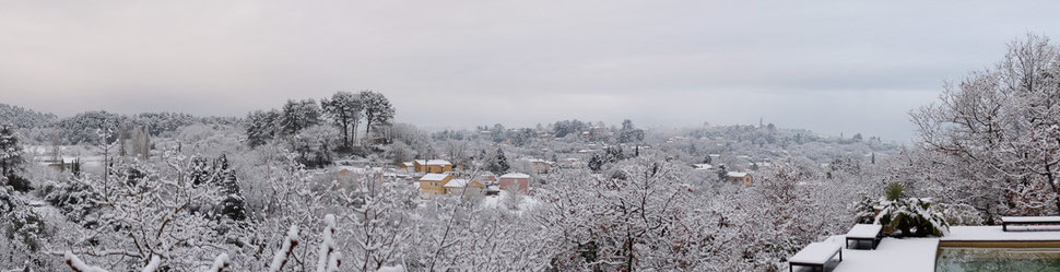 Vue de la piscine et du village sous la neige