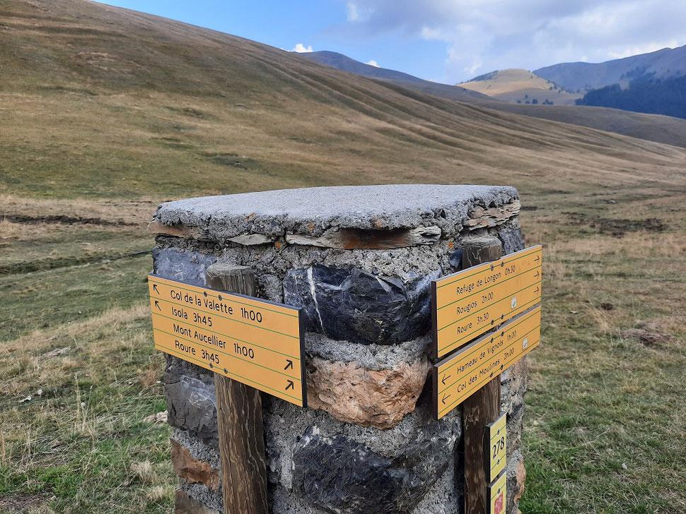 A la borne 278, on prend la direction du col de la Valette, en longeant le plateau sur la gauche. Des poteaux permettent de s'orienter quand le sentier disparait sous les herbes.