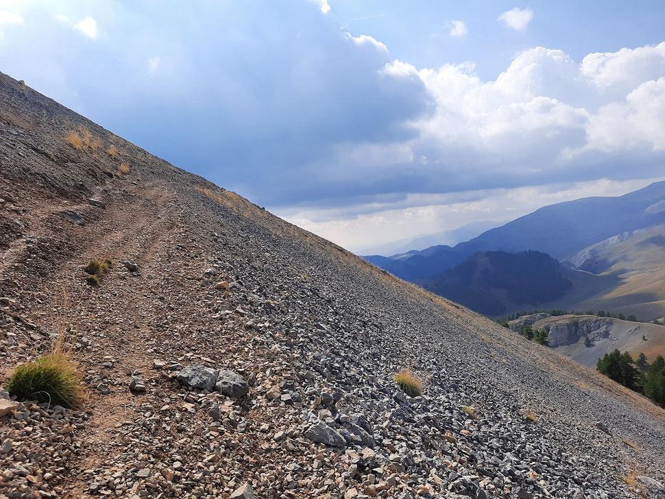 Le sentier sur la crête des Gourcs qui monte au Mont Gravières est  légèrement en dévers