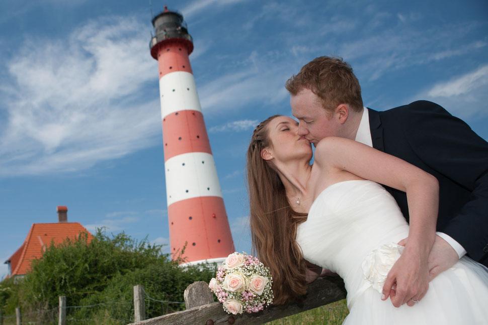 aussicht, plattform, hochzeit, paar, leuchtturm westerhever, brautstrauß, spaß, lustige Hochzeitsfotos