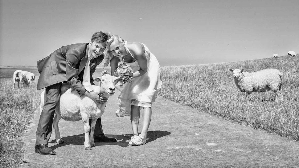 mobbys-pics.com, fotograf, westerhever leuchtturm, hochzeit, heiraten, fahrrad, frauen, hochzeitspaar