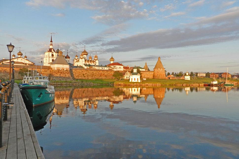 Abends am Hafen des Solowezki-Klosters Соловки порт вечером