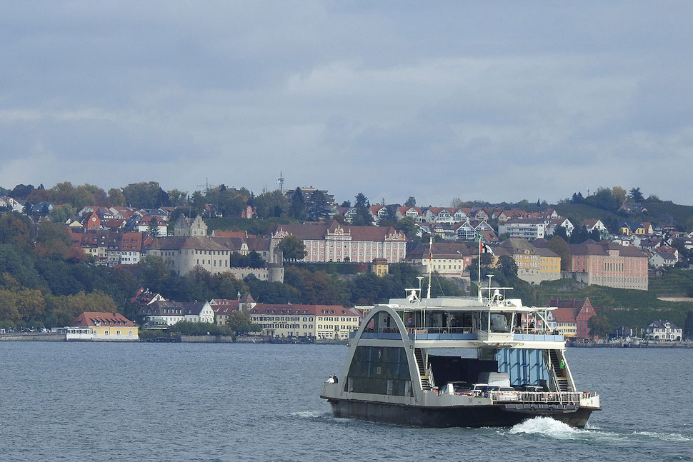 Eine Autofähre auf dem Bodensee nimmt Kurs auf Meersburg