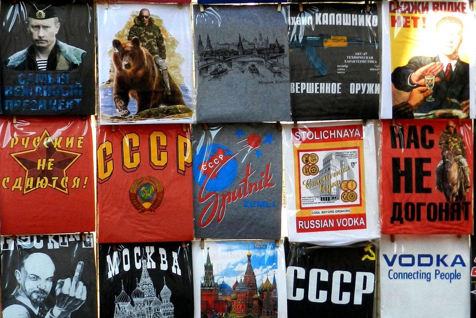 Souvenirstand mit T-Shirts im Ismailowski-Park in Moskau