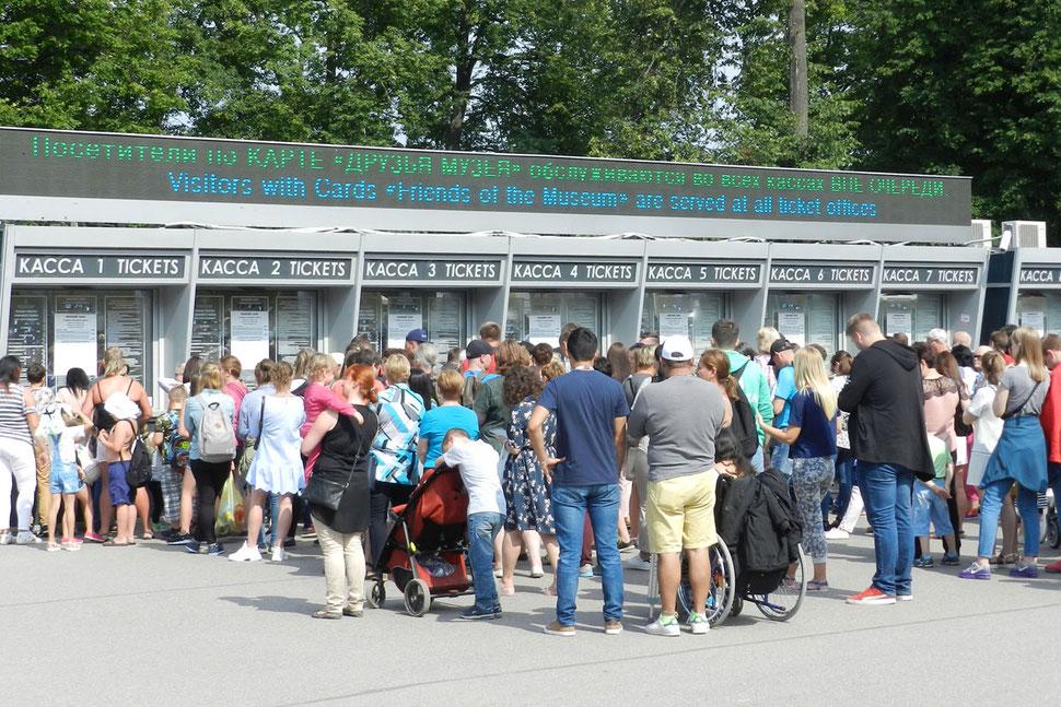 Andrang an der Kasse zum Zarenpalast Peterhof