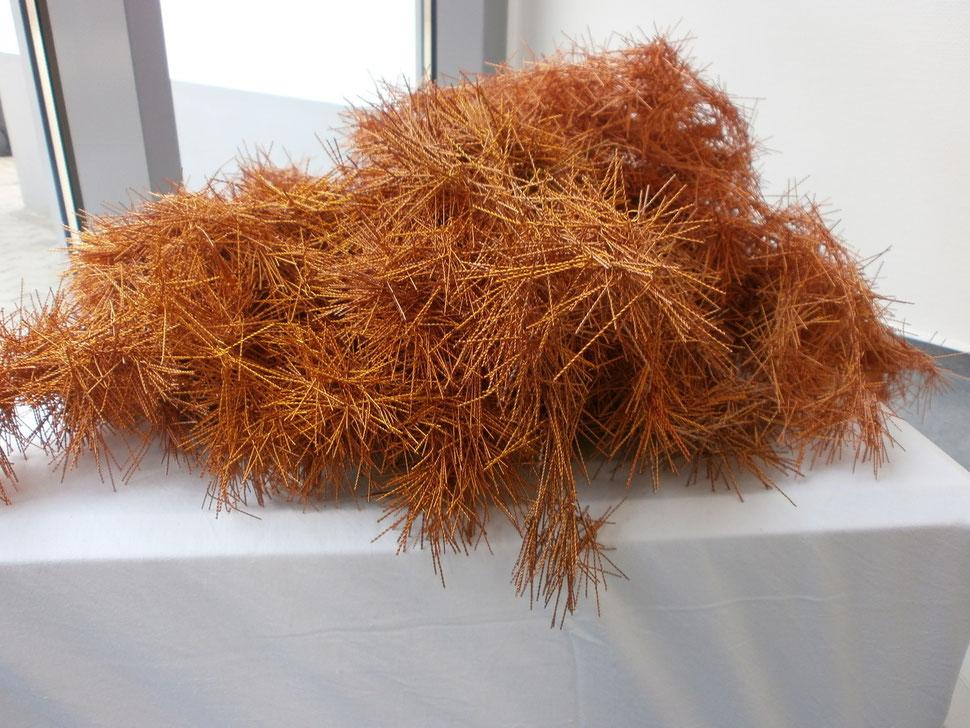"""Werk: """"Connection 2000"""" (Skulptur/Plastik) / Künstler: Carsten Behm / Ausstellung: """"words & truth"""" im Rathaus der Gemeinde Vechelde im Jahr 2012 / Material: Gelackte Kupferdrähte"""