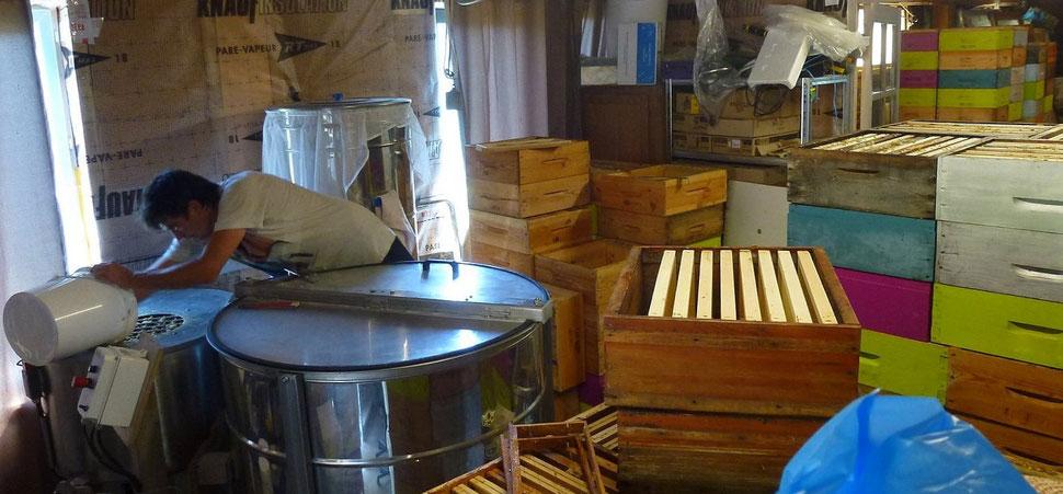 Les brèches de miel passent à la centrifugeuse - miellerie de Bastien ALISE à Ventalon en Cévennes LOZERE