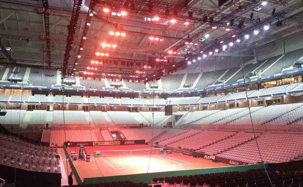 Heizstrahler  für einen Tennisplatz in einer großen Veranstaltungshalle