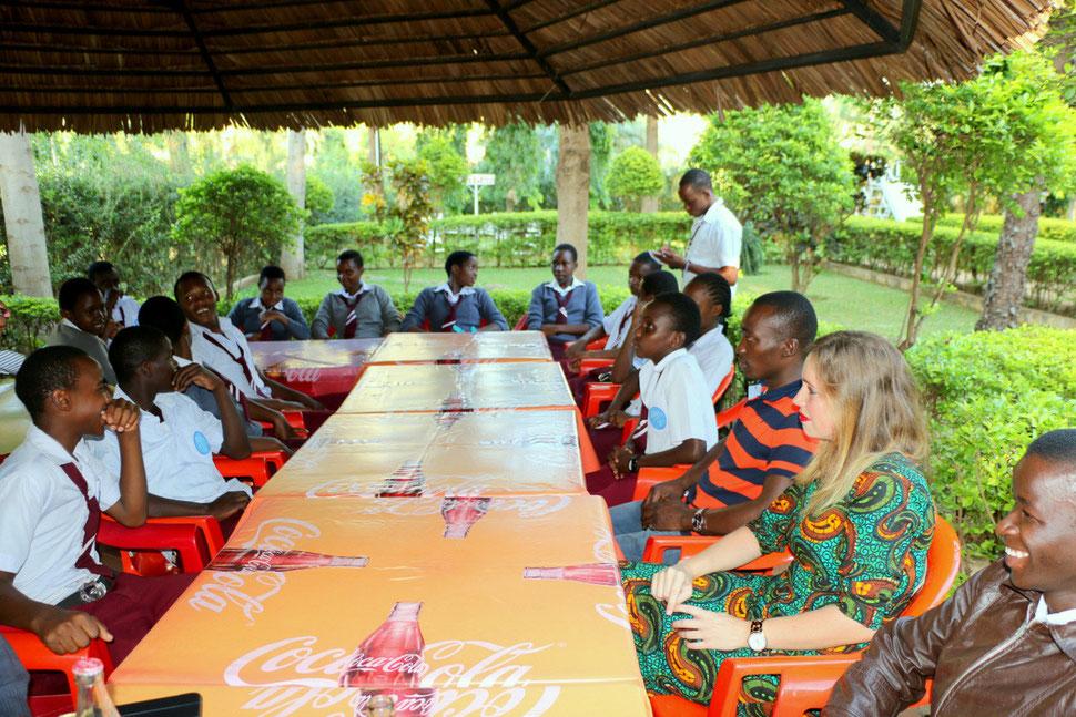 Das neu gewählte School Government bei seiner ersten Besprechung im Garten der Kindoroko Lodge nahe der Schule.
