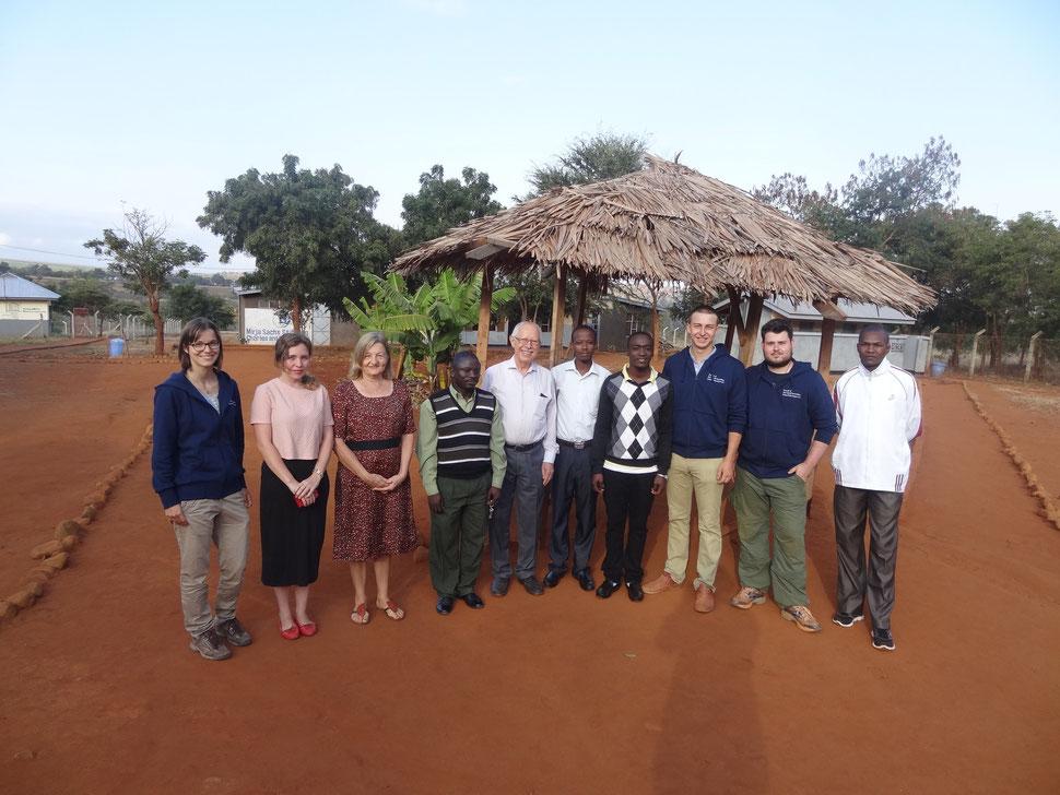 Gruppenbild des Staffs und der deutschen Gäste an der One World Secondary School Kilimanjaro
