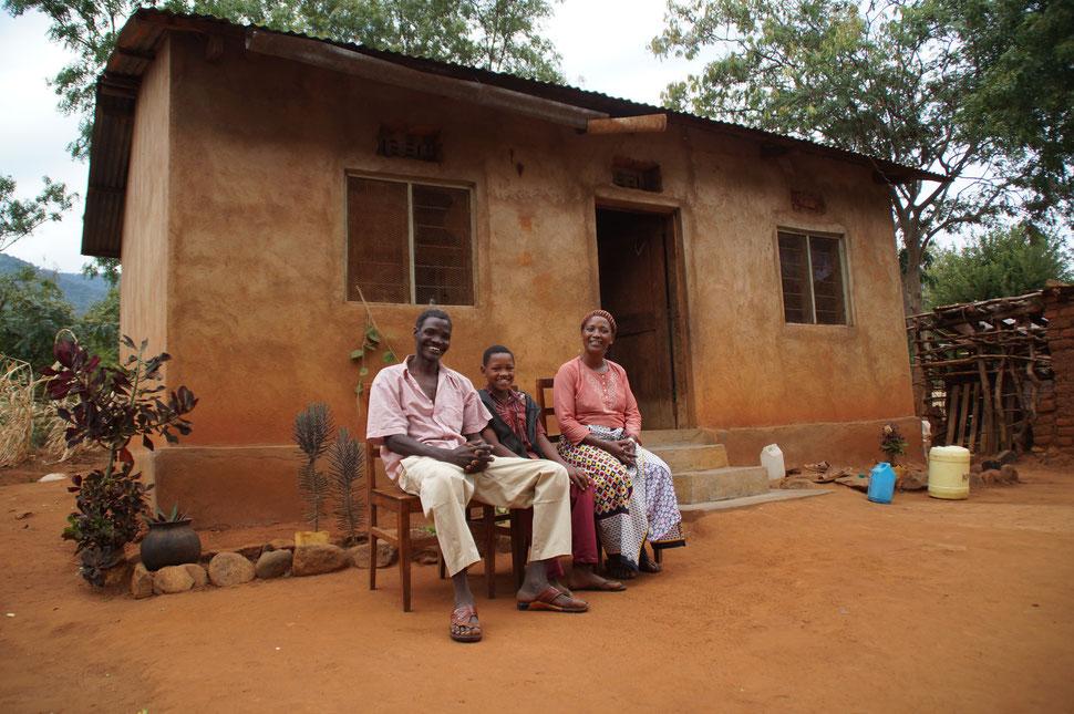 Die Köchin der OWSK mit ihrer Familie von ihrem Haus in Kisangara in den Pare-Bergen