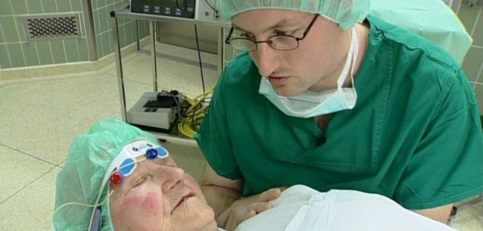 Vorbereitung einer Patientin auf eine Augen-OP in Hypnoanalgesie