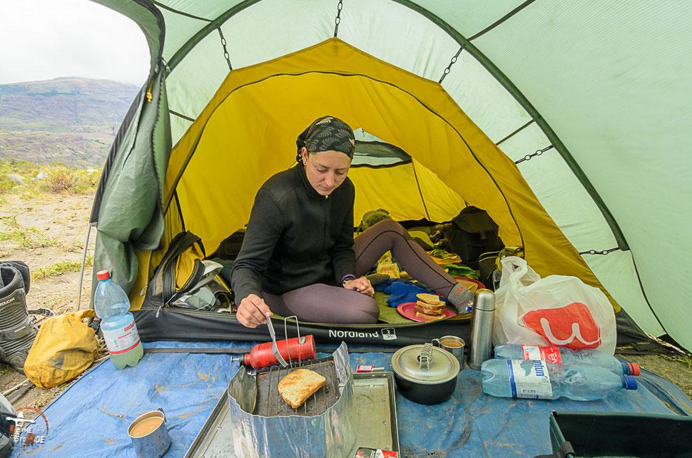 Durch selber kochen bleiben die kosten auf Reisen niedrig.