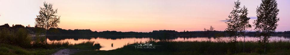 Farbenfroher Sonnenuntergang an einem einsamen See in Sibirien