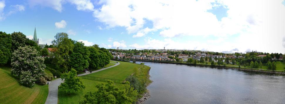 Blick von der Elgeseter bru auf Trondheim mit Nidaros Dom
