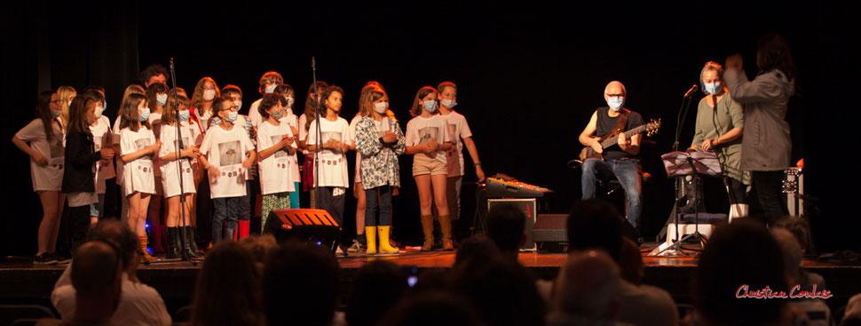 Les élèves de CM1/CM2 de l'école primaire de l'Estey (Le Tourne), Jack Tocah, Carole Simon-Tocah, et l'enseignante Céline Dumas. Lundi 7 juin 2021, salle culturelle de Cénac