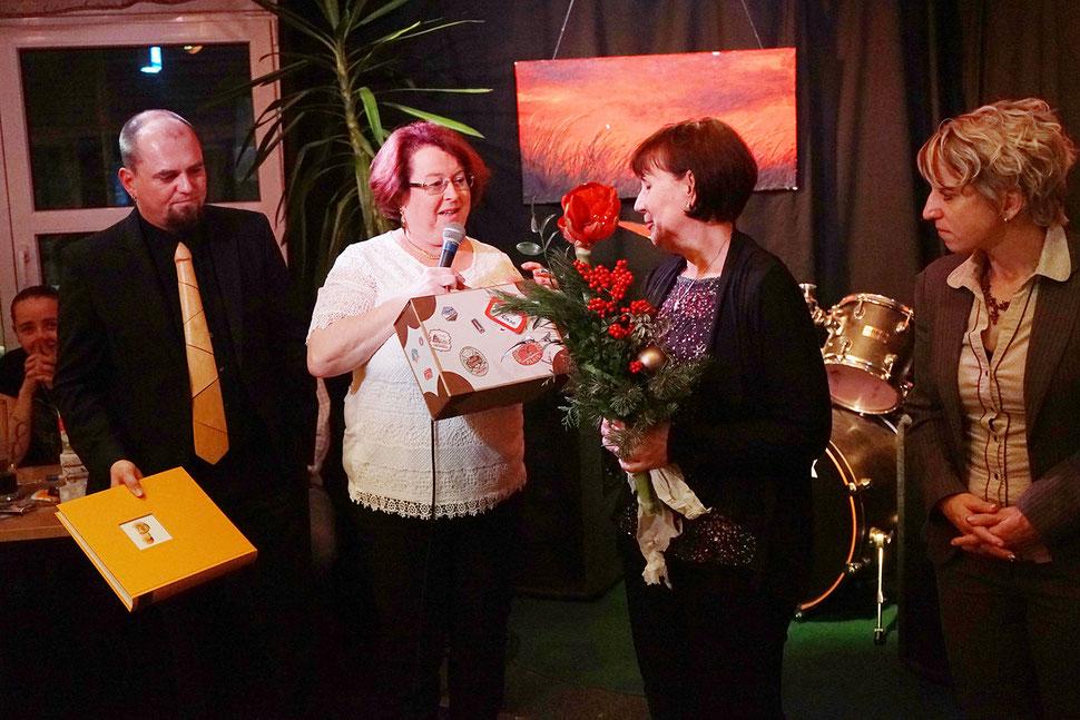 Ursula Werz feiert 40-jähriges Betriebsjubiläum bei Bucher Treppen. Familie Bucher gratuliert (v.l.n.r.): Ingo Bucher, Dagmar Bucher, Ursula Werz, Corinna Bucher