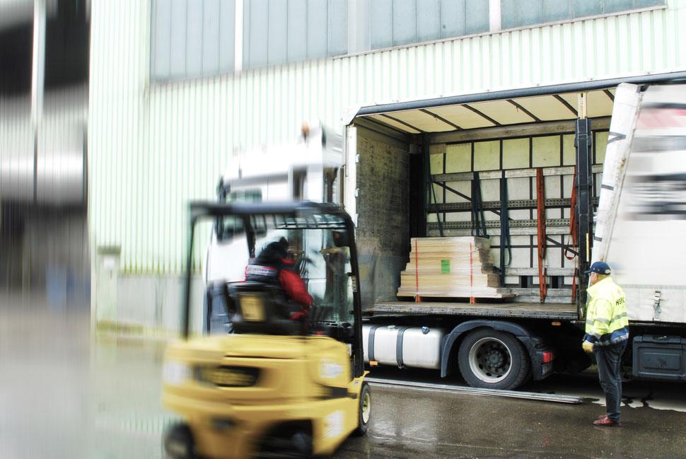 Bucher Treppen - moderne Treppenherstellung - Just-in-Time-Produktion & Logistik, Stapler beim Ausladen