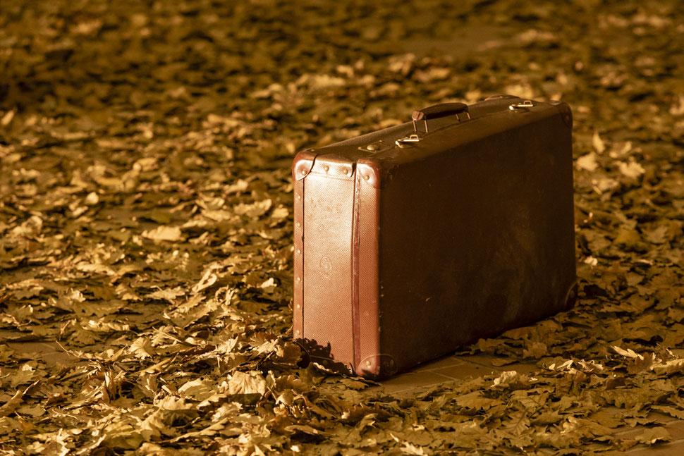 """Immagine di copertina del libro """"L'ozio coatto"""". Titolo: Hinterlassen, installazione di Nicola Antonelli, Lanciano 2019. Fotografia di Enrico Di Nenno"""