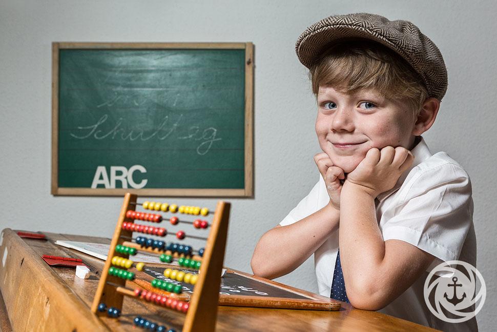 Schuljunge, Schultafel, Tafelkreide, ABC Schuetze, Einschulungsfotos, Schulbank