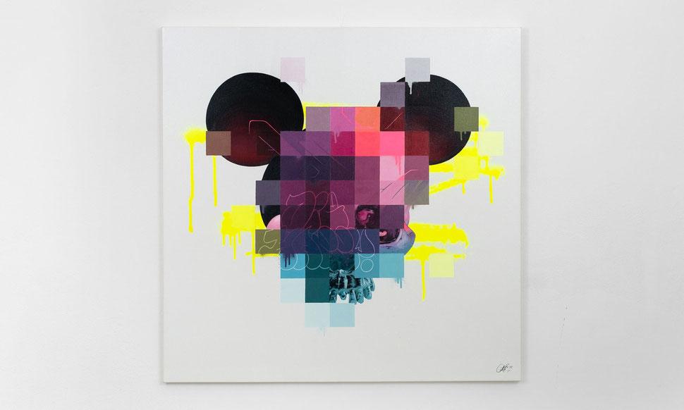 Eine Leinwand mit weißem Hintergrund. Darauf ist zum Teil eine verpixelte Mickey Mouse und zum Anderen eine Schädel zu sehen. Im Hintergrund sind neon gelbe Striche zu sehen. Ein Paar Graffiti-Buchstaben und -Elemente zu sehen. Moderne Kunst. Urban Art.