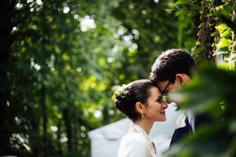Brautpaar wird auf Gut Schloss Golms vom Hochzeitsfotografen portraitiert