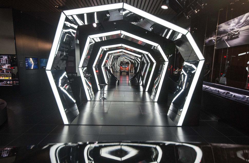 conception scénographie exposition technologie automobile champs elysées (miroir, lumière)